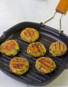 Quinoa patties made with spinach and chickpeas are perfect as healthy snacks. These crispy quinoa cakes or burgers are completely vegan, gluten free and nut free and made with little oil! Detox Recipes, Veggie Recipes, Vegetarian Recipes, Healthy Recipes, Veggie Food, Chickpea Recipes, Veggie Meals, Vegetarian Dinners, Savoury Recipes