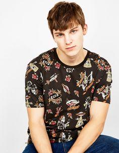 Camiseta 'OLD SCHOOL'. Descubre ésta y muchas otras prendas en Bershka con nuevos productos cada semana