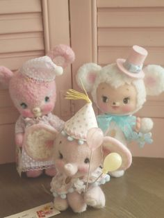 Needle felted critters. The elephant in front is really so adorable. I really like the balloon he's holding. So cute!