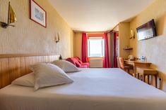 Chambre familiale vue sur mer- Hotel Kyriad Saint Malo Plage Hotel Saint Malo, St Malo, Bed, Furniture, Home Decor, Bedrooms, The Beach, Decoration Home, Stream Bed