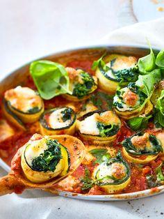 Gefüllte #Zucchini mal anders! Für Gäste rollen wir leckeren Käse in unser Lieblingsgemüse und ziehen es in #Tomatensoße gar.