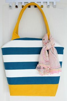 FREE TOTE BAG PATTERN! Sew this large tote bag for your trips to the beach or pool. Get the free tote bag pattern through the link in this post. It is a great bag to have because it holds a lot and the rounded opening makes this bag look so pretty and unique.