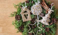 В Новый год всегда хочется почувствовать волшебство и каждый создает свой уют и новогоднее настроение в доме, чтобы прочувствовать эту атмосфету теплоты. И самое приятное — это создание праздничного декора своими руками! С помощью этого мастер-класса вы вдохновитесь новыми идеями и сможете сделать 4 замечательные елочные игр�