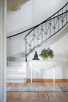 The elegant black balustrade accentuates the curves of this sweeping white staircase in this Swedish house Entryway Stairs, House Stairs, Entry Foyer, Porch Stairs, Attic Stairs, White Staircase, Staircase Railings, Stairways, Iron Staircase