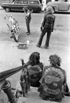 A Hells Angels member works on his bike on the streets of New York. Circa New York Public Library Biker Clubs, Motorcycle Clubs, Motorcycle Style, Hells Angels, Easy Rider, Fotografia Retro, Marcelo D2, Lower East Side, New York