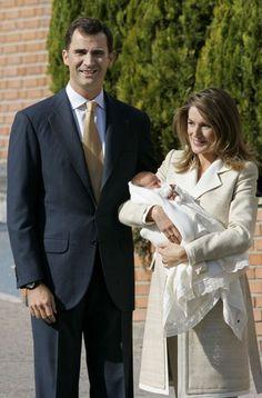 La Princesa Letizia saliendo del hospital acompañada por Don Felipe y su primera hija, Leonor.
