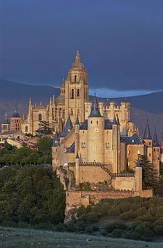 Alcázar y catedral de Segovia ~ Castile and León, Spain. Find more Spanish awesomeness here at our Spanish blog: http://www.spainatm.com/