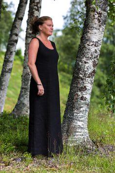 Lång linneklänning med sprund bak. Long dress in linen fabric. Finns på www. 59d94def27c6c