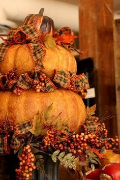 Love these stacked pumpkins.... Fall Harvest