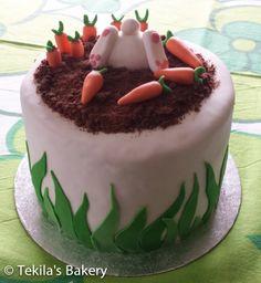 Pääisiäiskakku. Pupu kaivautuu porkkanoiden keskelle. Pohjana porkkanakakku ja välissä valkosuklaamousse.