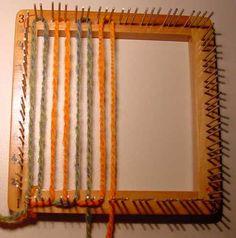 Check Weave on a Weavette Loom Pin Weaving, Weaving Art, Loom Weaving, Loom Knitting Projects, Weaving Projects, Rag Rug Tutorial, Rug Yarn, Loom Craft, Peg Loom
