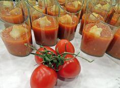 De tal palo tal astilla! En El Cafetín elaboramos estos chupitos tan ricos y originales utilizando ingredientes de primera, como estos tomatitos que veis aquí. Por cierto, una buena parte de nuestra verdura proviene de nuestra huerta familiar, por lo que la calidad está garantizada :)
