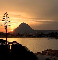 Hoy os deseamos un feliz martes con una espectacular foto desde #Javea el #Montgó como protagonista. Buenas días. #amanecerescostablanca