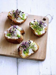 Tartine de chèvre frais, fèves et graines germées  Vous pouvez déguster les pousses et les germes en salade, ou les parsemer sur des bouchées, pour un apéro sain : ici des tranches de pain tartinées de fromage frais.