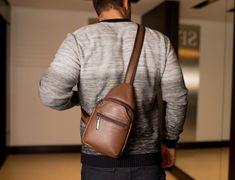 951e3e3f4 Mini mochila transversal de couro masculina Jeff cedro