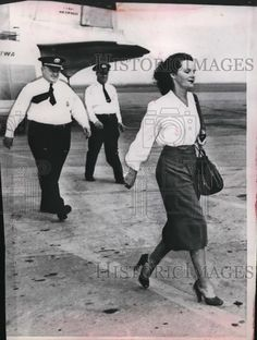 1947 Press Photo Virgina Hill girlfriend of Bugsy Siegel. Returning from France?. August 1947.