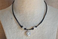Gargantilla de cuero de color negro con corazón de cristal y detalles plateados