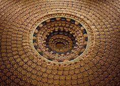 То, что вы видите на этих снимках – часть проекта «Pits & Pyramids» фотографа Sam Kaplan. Что, собственно, и представлено на фотографиях – выполненное из фруктовых колечек, печенья, всевозможных сладостей, уложенное слой за слоем сложно организованное пространство, напоминающее то ли о культово-религиозных комплексах, то ли об экспериментах супрематистов, утративших присущую им аскетичность.