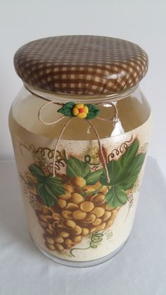 Pote de vidro com pintura, decoupage motivo uva, tampa revestida de biscuit com decoupage.  O modelo do vidro é de palmito com a tampa de boca larga que mede 10 cm (a tampa é de metal).
