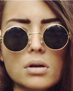 Round Sunglasses and nude lips
