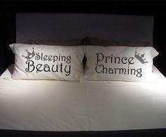 Fundas para Almohada Él y Ella. $280 Par de fundas blancas con estampado. Diseño Sleeping Beauty y Prince Charming. Despedidas de soltera / Regalo San Valentin