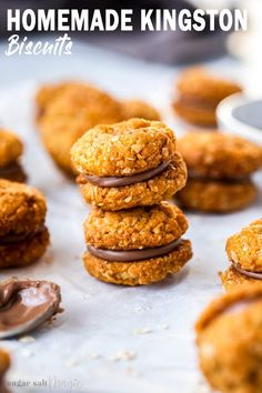 Crunchy, buttery and sandwiched together with milk chocolate, these Homemade Kingston Biscuits are an aussie biscuits classic. This golden, crispy oatmeal cookie sandwich recipe can be baked in 30 minutes. Köstliche Desserts, Delicious Desserts, Dessert Recipes, Yummy Food, Picnic Recipes, Picnic Ideas, Picnic Foods, Desserts With Biscuits, Homemade Desserts
