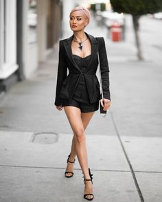 Best club outfits with shorts you can choose to wear this year. Try these chic club outfits with shorts. Pair your shorts with sandals or boots. Club Outfits For Women, Short Outfits, Clothes For Women, Going Out Outfits, Cool Outfits, Fashion Outfits, Elegante Shorts, News Fashion, Fashion Beauty