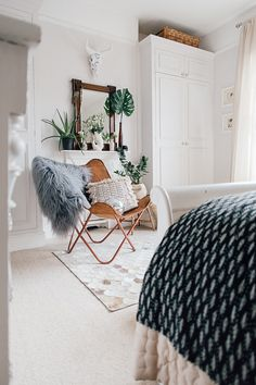 Vintage Butterfly Chair With Grey Sheepskin – Theresa& Four Bed Boho Inspired Home. Scandi Bedroom With Natural Textures And Greenery. Image By Adam Crohill. Country Bedroom Design, French Country Bedrooms, Grey Bedroom With Pop Of Color, Vintage Industrial Decor, Industrial Lighting, Boho Bedding, Scandinavian Bedroom, Butterfly Chair, Bedroom Styles