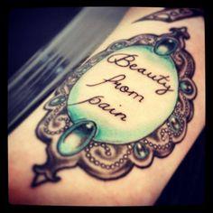 Schrift auf Spiegel Tattoo Motiv