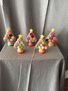 These wine cork Christmas Trees come in two different styles. The heights will vary due to different cork sizes.Cork Christmas trees by BertaBooGifts on Etsy Easy Wine Cork Ideas Crafts For KidsYou can make a DIY Cork Board in any shape or size. Cork Christmas Trees, Christmas Wine, Christmas Crafts For Kids, Xmas Crafts, Diy Christmas Ornaments, Homemade Christmas, Diy Christmas Gifts, Christmas Projects, Christmas Images