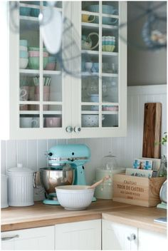 Shabby Chic Kitchen Decorating - white & turquoise with vintage items Kitchen Decor, Minty House, Happy Kitchen, Chic Kitchen, Home Kitchens, Vintage Kitchen, Cottage Decor, Shabby Chic Kitchen, Country Kitchen