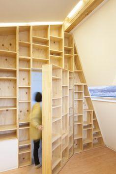 An operable bookshelf is actually a hidden door (Photo: Namgoong Sun)