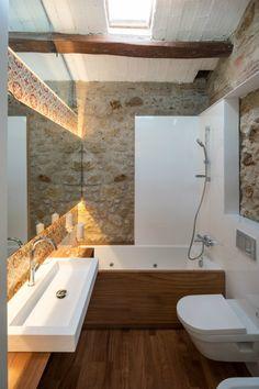 Cette salle de bain a tout pour plaire : carreaux ciment, bois, pierres... Des matières nobles qui se conjuguent à merveille !