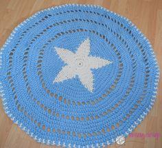 Super lækkert hæklet gulv og legetæppe hæklet i Hooohed Zpagetti, kan håndvaskes og måler ca. 120-130 cm i diameter.