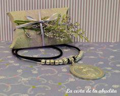 Medalla de Virgen engarzada en cordón de cuero con cuentas metalizadas. www.lacestadelaabuelita.com