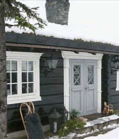 This feels like a fairytale cottage. Home exterior inspiration Exterior Design, Interior And Exterior, Scandinavian Cabin, Norwegian House, Unique Garden, Mountain Cottage, Winter Cabin, Cabins And Cottages, Wooden House