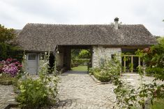Steal This Look: A French Country Cottage Garden for a Parisian Transplant summer garden – Outdoor Wedding Decorations 2019 Country Cottage Garden, French Country Cottage, French Countryside, Country Style, Rustic Style, Country Living, Farmhouse Style, Cobblestone Driveway, White Flower Farm