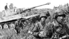 """Mit zwei Armeen mit 625.000 Soldaten wollte die Wehrmacht mit dem """"Unternehmen Zitadelle"""" die sowjetischen Armeen vernichten, die den Frontbogen um Kursk zur größten Festung des Weltkrieges ausgebaut hatten. Das Foto zeigt Soldaten der Waffen-SS-Division """"Das Reich"""" vor einem Panzer VI """"Tiger I""""."""