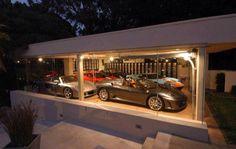 Un garaje muy grande y elegante para tenencia un montón de carros.