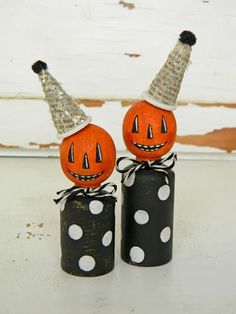peg people Jack-O-Lanterns with newspaper hats - Halloween Halloween Ornaments, Holidays Halloween, Halloween Crafts, Holiday Crafts, Halloween Decorations, Fall Decorations, Halloween Pumpkins, Happy Halloween, Christmas Crafts