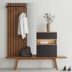 Die Garderobe Fox von Sudbrock sorgt mit ihrer minimalistischen Gestaltung für ein ruhiges und aufgeräumtes Raumabiente. Hier verbindet sich feines Eichenholz mit edlem Schwarz. Schubladen und Türen kommen dank Push-to-Open-Technik ohne Griffe aus. Das Angebot umfasst die Bank mit Kommode, das Garderobenpaneel sowie den Spiegel. Indirect Lighting, Hallway Furniture, Floating Nightstand, Storage Spaces, Shelves, Colours, Modern Living, Cabinets, Fox