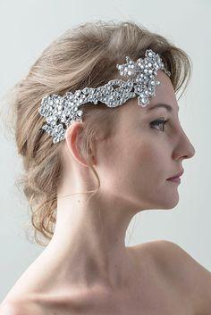 Glamuroso tocado de novia en plata nueva y cristales checos. Queda precioso con un brazalete a juego.