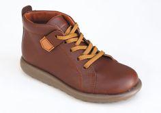 Bota de piel para niño, con cordonera simulada y velcro. Para chicos que les guste ir bien vestidos todos los días. Roly Poly Shoes & Boots.
