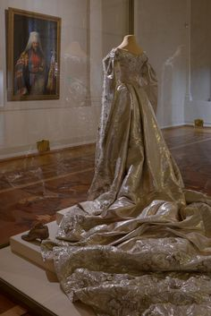 Coronation gown of Empress Alexandra Feodorovna from the Hermitage Exhibition