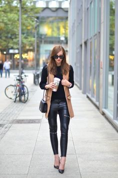 Everything you need to know about styling leather leggings and pants. Rock your leather leggings anytime, any day. Casual Elegant Style, Casual Street Style, Street Chic, Chic Outfits, Fall Outfits, Fashion Outfits, Fashion Ideas, Fashion Inspiration, Fashion Tips