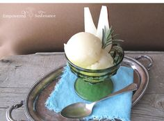 Rosemary pear sorbet is easy to make and super healthy! Infused with fresh rosemary this pear sorbet is elegant and so refreshing. Frozen Desserts, Frozen Treats, Just Desserts, Fruit Recipes, Dessert Recipes, Scd Recipes, Easy Recipes, Fruit Sorbet, Bartlett Pears