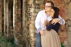 Fotografía prenatal para M + P realizada en una costruccion abandonada. Buscamos una pose donde él conectara con su mano con la pancita de ella y ella conectara con el corazón de él.