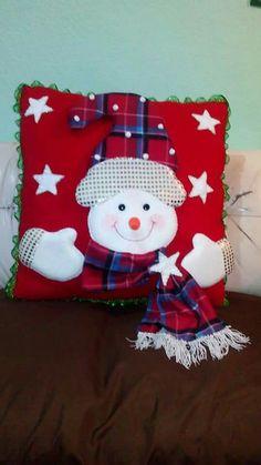 Cojín navideño Cute Christmas Ideas, Felt Christmas Decorations, Xmas Ornaments, Christmas Art, Christmas Stockings, Christmas Holidays, Christmas Chair Covers, Christmas Cushions, Cushion Cover Designs