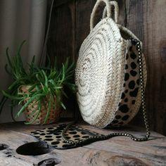 Panier rond (30cm) avec détail en cuir Guépard (cuir à poils)  Ce panier dispose d'une chaine. Il peut être porté à la main ou à l'épaule.