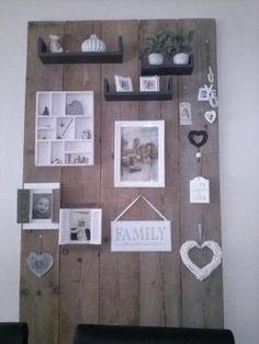 Bekijk de foto van Vontsje met als titel Wand van 5 oude steigerhoutplanken, daarop je eigen leuke hebbedingetjes plaatsen, makkelijk en goedkoop. en andere inspirerende plaatjes op Welke.nl.